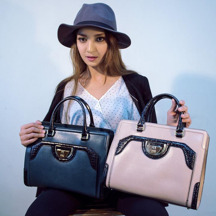žena s kabelkami