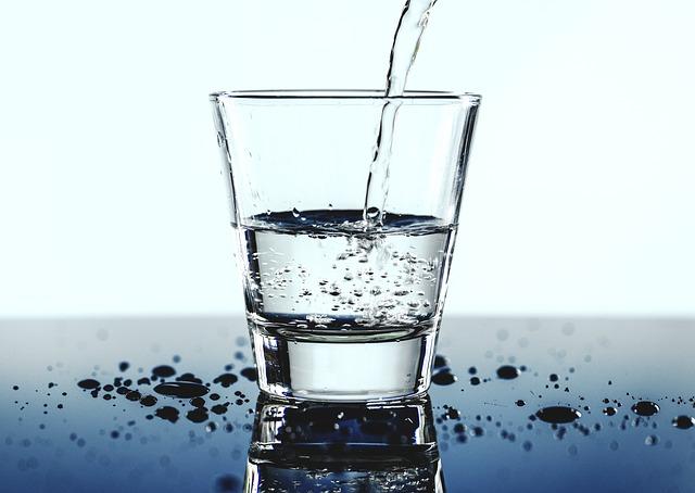 voda ve sklenici.jpg