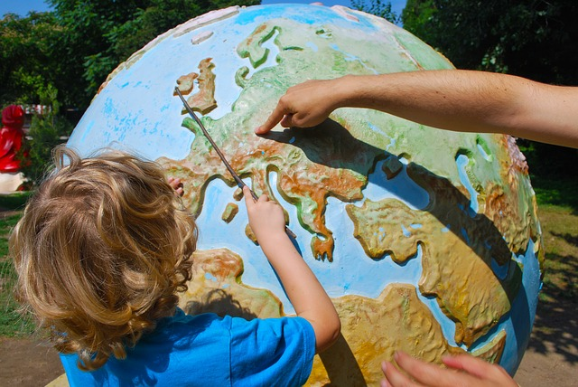 dítě u globusu