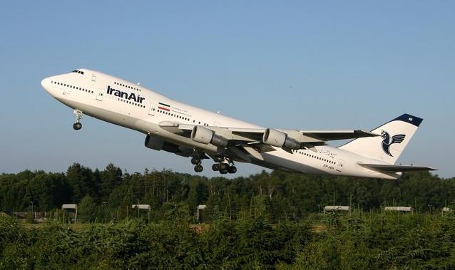 boxing 747 nad zelenou plochou.jpg